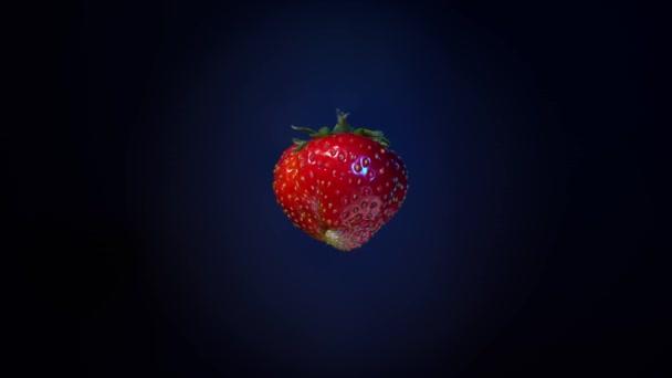 Nahaufnahme Rotation rote Erdbeere .