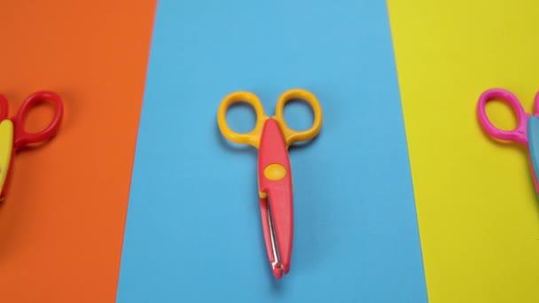 Minimális háttér mozgó színes hullámos kés olló.