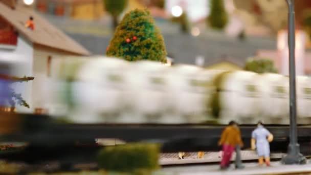 Modell Straßenbahn kommt, dann zwei Züge durch ein Diorama weiterzugeben