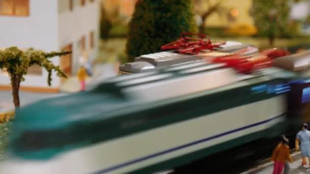 Modelleisenbahnen und eine Straßenbahn fahren auf einem Diorama aus nächster Nähe
