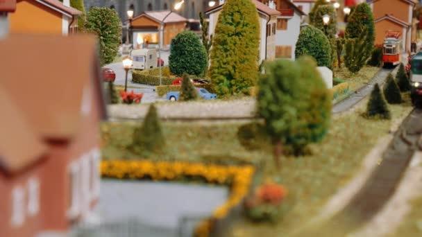 Transit-Modell Züge und eine Straßenbahn fährt auf einem diorama