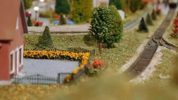 Modelleisenbahn fährt auf einem Diorama vorbei