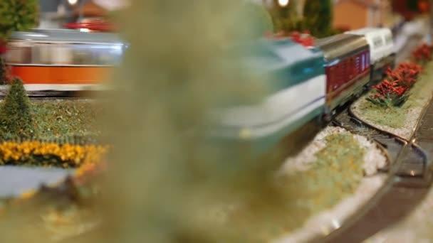 Modellbahn vorbei hinter einem Baum auf einem diorama