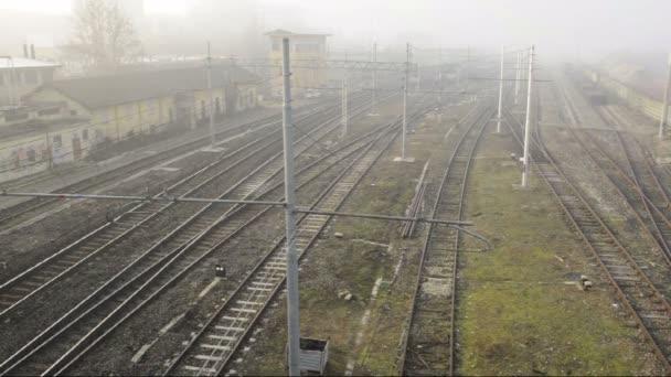 Široký záběr vlak kolem vlevo, střílel z horní stanice Pavia, Pv, Itálie