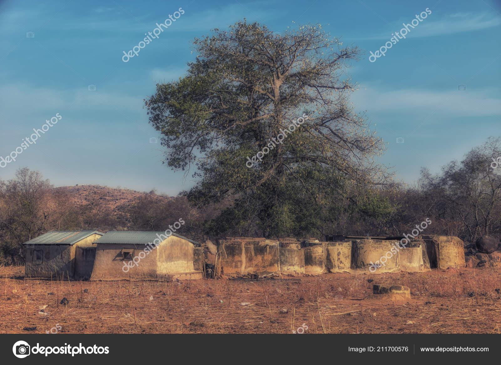 Case Di Mattoni Di Fango : Case fango rotonde della tribù talensi tongo ghana u foto stock