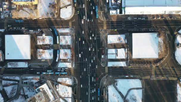 Scheideweg Zeitrahmen. Typischer Morgenverkehr in der Großstadt. Schnee auf dem Boden.