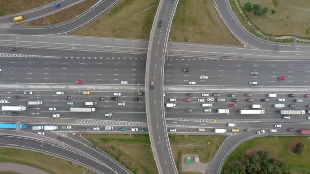 Pohled shora z dronu na nadjezdu se silniční dopravou. Zataženo. Žádný časový úsek.