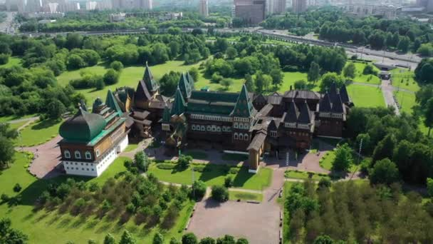 Dřevěný palác ve velkém krajinném parku. Zelené pole kolem. Pohled z ptačích očí.