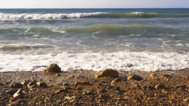 Atlanti hullámok összeomlik a sziklás parton