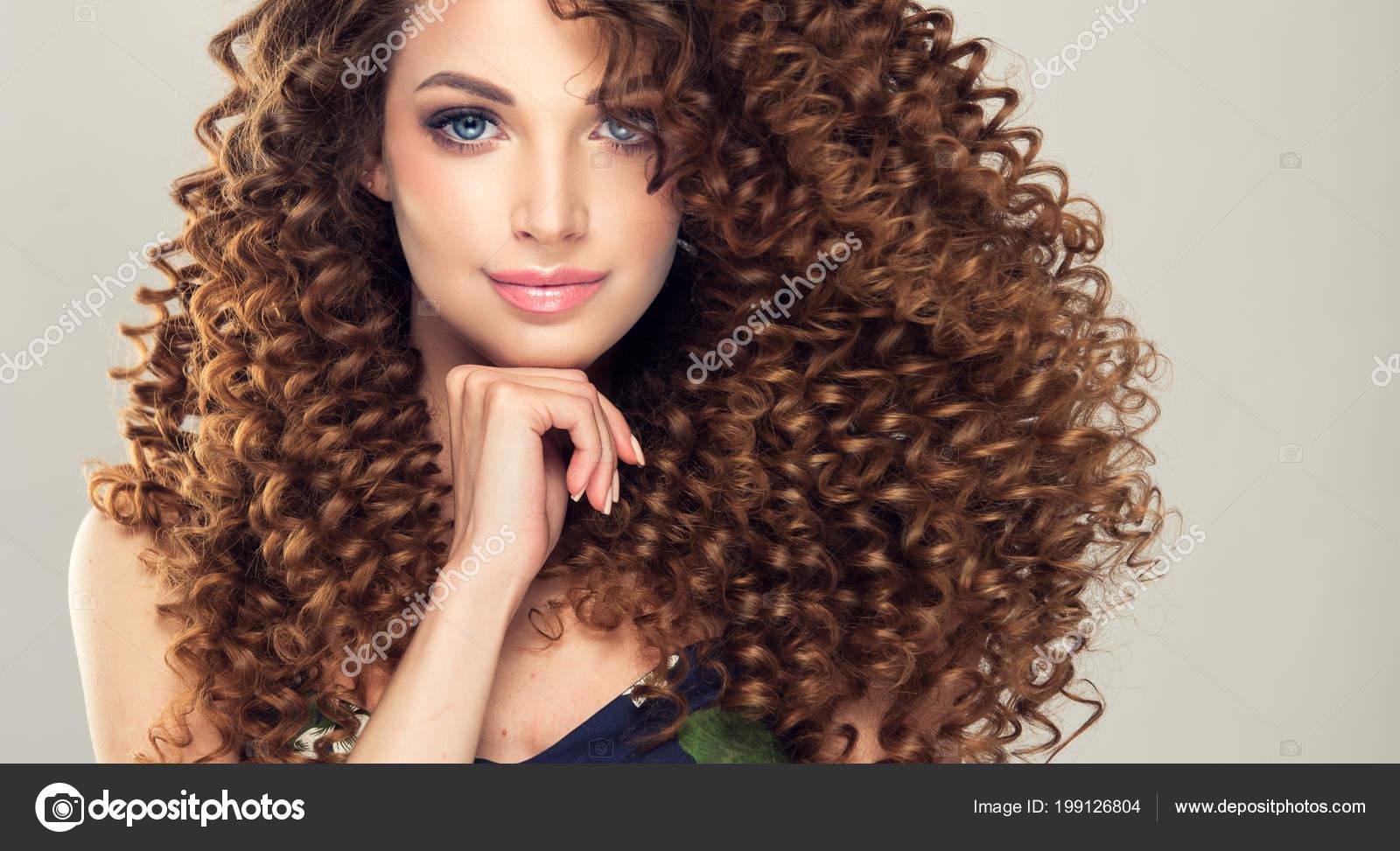 Modella con capelli ricci