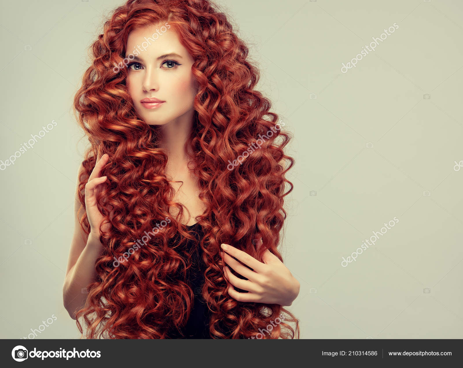 Chica Hermosa Modelo Con Pelo Rojo Rizado Mujer Joven Con
