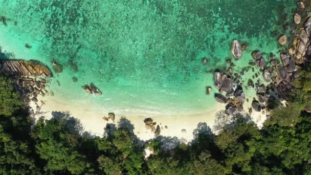Záběry B-roll Letecký pohled drone střílel oceánské vlny, Krásná tropická pláž a skalnaté pobřeží a krásný les. Nga Khin Nyo Gyee Island Myanmar. Tropické moře a pláž příroda krásná.