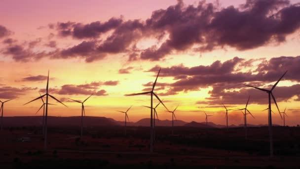 Letecký pohled na větrné turbíny šetřící energii světa ve formátu video 4k. Výstřel při západu slunce. drone záběry větrné turbíny při východu slunce s krásnými mraky. Koncept globálního oteplování a zelená energie.