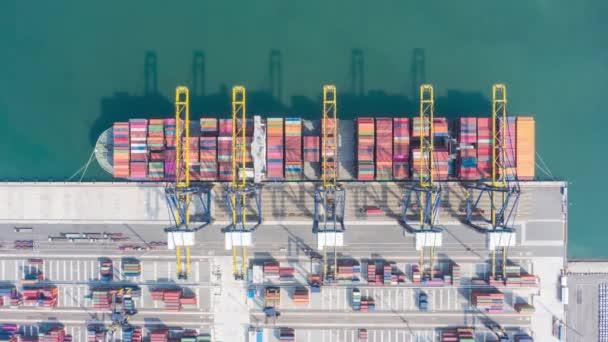Hyperlapse-Zeitraffer Luftaufnahme eines internationalen Hafens mit Kranverladecontainern im Import-Export-Geschäft Logistik. Industrielogistik Seehafen. Containerschiff im Industriehafen. Filmmaterial B Roll.