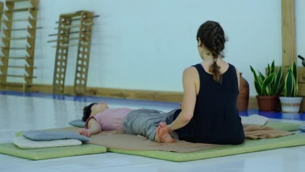 Mistr thajské masáže, provádí cvičení pro masáž a relaxaci nohou