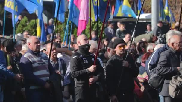 kyiv, ukraine 14 okt 2019. aktivistische menge skandiert mit svoboda-bannern bei protest auf minsk protokoll, steinmeierformel