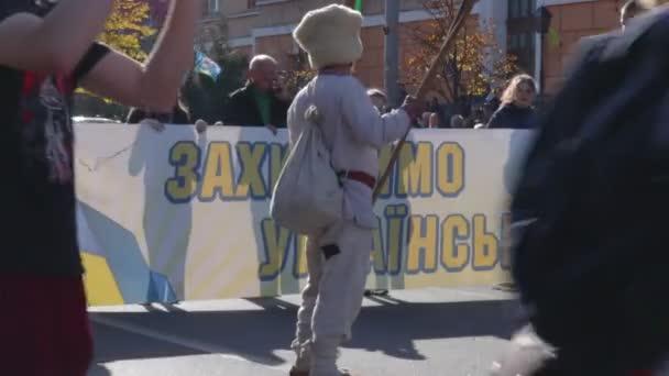 kyiv, ukraine 14 okt 2019. alter mann in kosakenkleidung auf protest gegen minsker protokoll und steinmeierformel