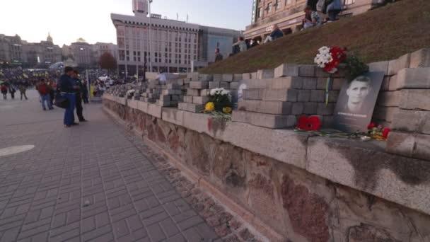 kyiv, ukraine 14 okt 2019. himmlische hundert gedenktafeln in der nähe von protest gegen minsk protokoll und steinmeiersche formel