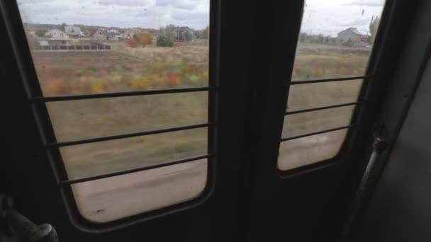 Felvételek a mozgó elővárosi vonat ablakán keresztül ősszel