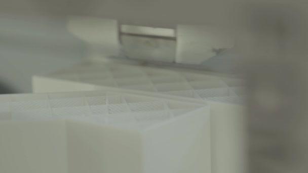 3D tiskárna během tisku zblízka.