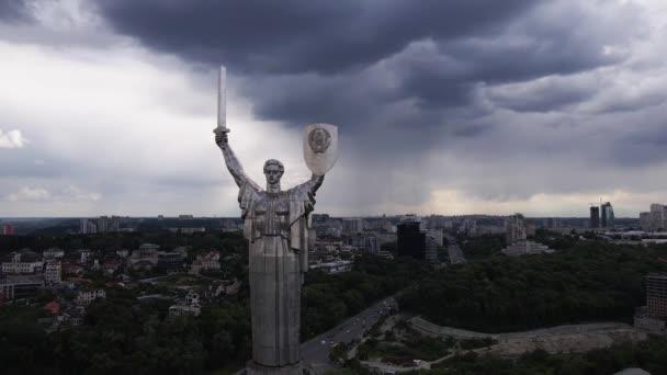 Die Architektur von Kiew, Ukraine: Luftaufnahme des Mutterland-Denkmals. Zeitlupe