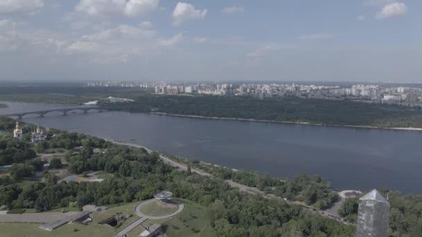 Die Architektur von Kiew, Ukraine: Luftaufnahme des Mutterland-Denkmals. Zeitlupe, flach, grau