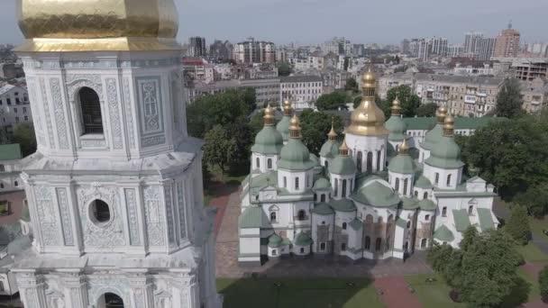 Die Architektur von Kiew. Ukraine: Sophienkathedrale in Kiew. Luftaufnahme, Zeitlupe, flach, grau