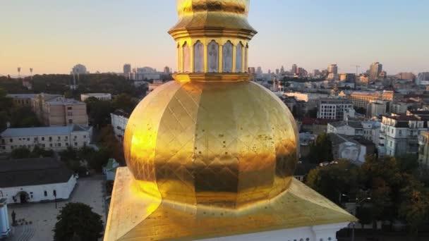 Luftaufnahme des Klosters St. Michael mit goldener Kuppel am Morgen. Kiew, Ukraine