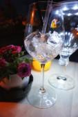 Eis in einem transparenten Weinglas.
