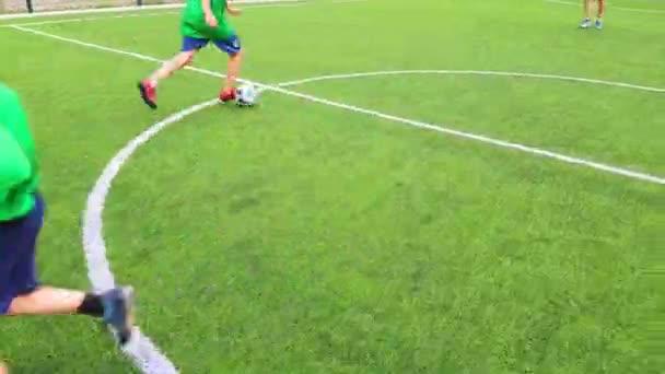 Hoffußball, Kinder und Erwachsene spielen auf dem Bolzplatz