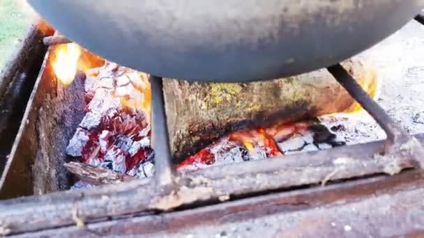 Bograch. Polévka s paprikou, maso, fazole, zelenina, knedlík. Tradiční Maďarský guláš v kotlíku. Jídlo vařené venku na otevřeném ohni. Lahodné a zdravé potraviny, které jsou populární ve střední Evropě
