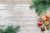 Rám svátek vánoční jedle dekorativní větve s představují pole a ozdoby na dřevěné pozadí