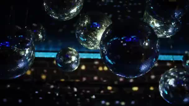 közeli felvételeket a disco labdák tükröző éjszakai klubban