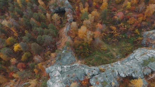 Let nad skalami v krásném barevném podzimním lese, mezi borovicemi a jezery. jeden výstřel, Ural, Sibiř