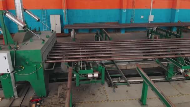 Acélcsövek gyártása, gyártósoron szállított cső, nehézipar, hengerelt fémgyár. Gyártási és termelési koncepció. Ipari belső tér