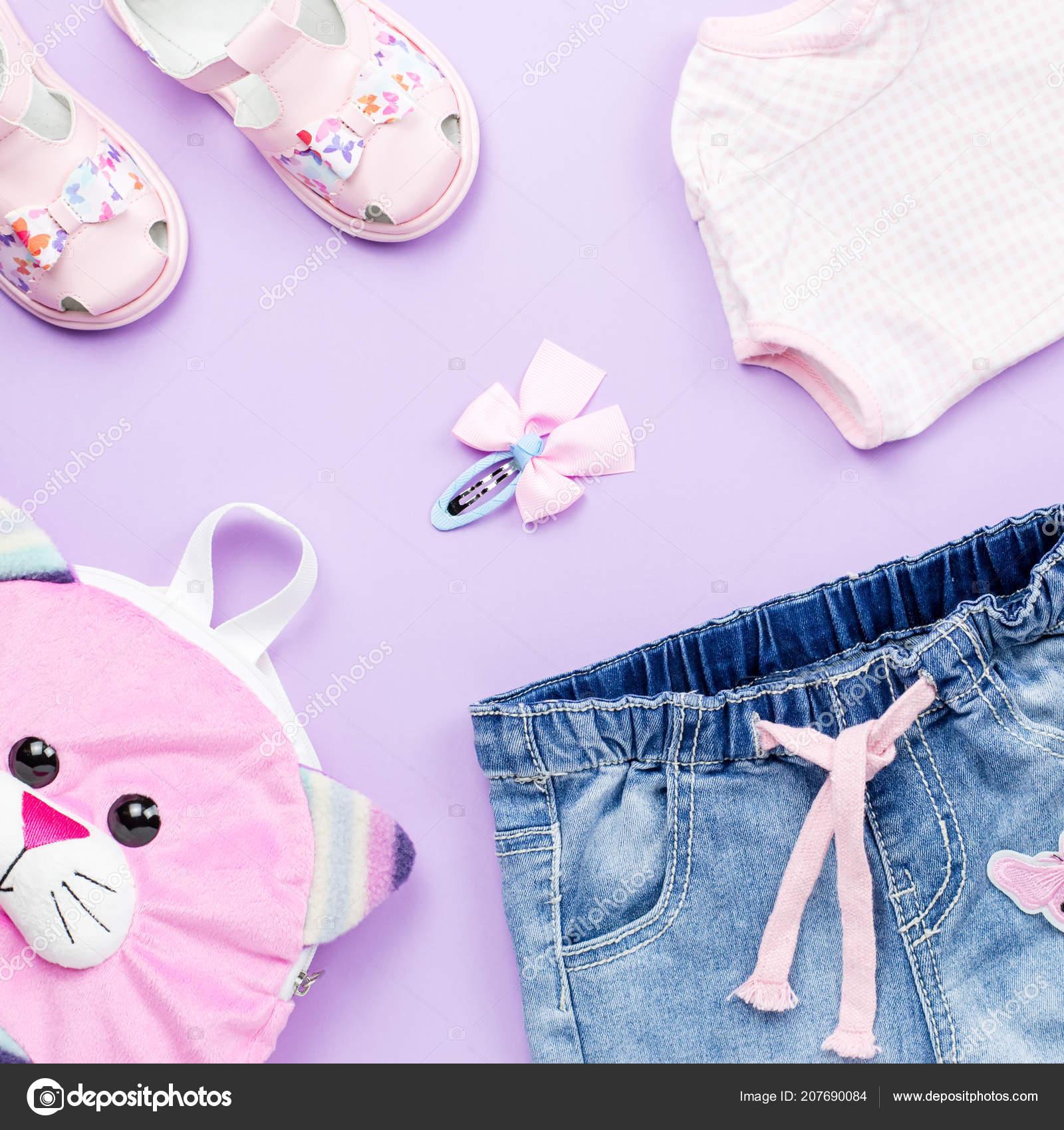 best service 7203d 089cf Piccola collezione di vestiti ragazza piatto posare con t ...
