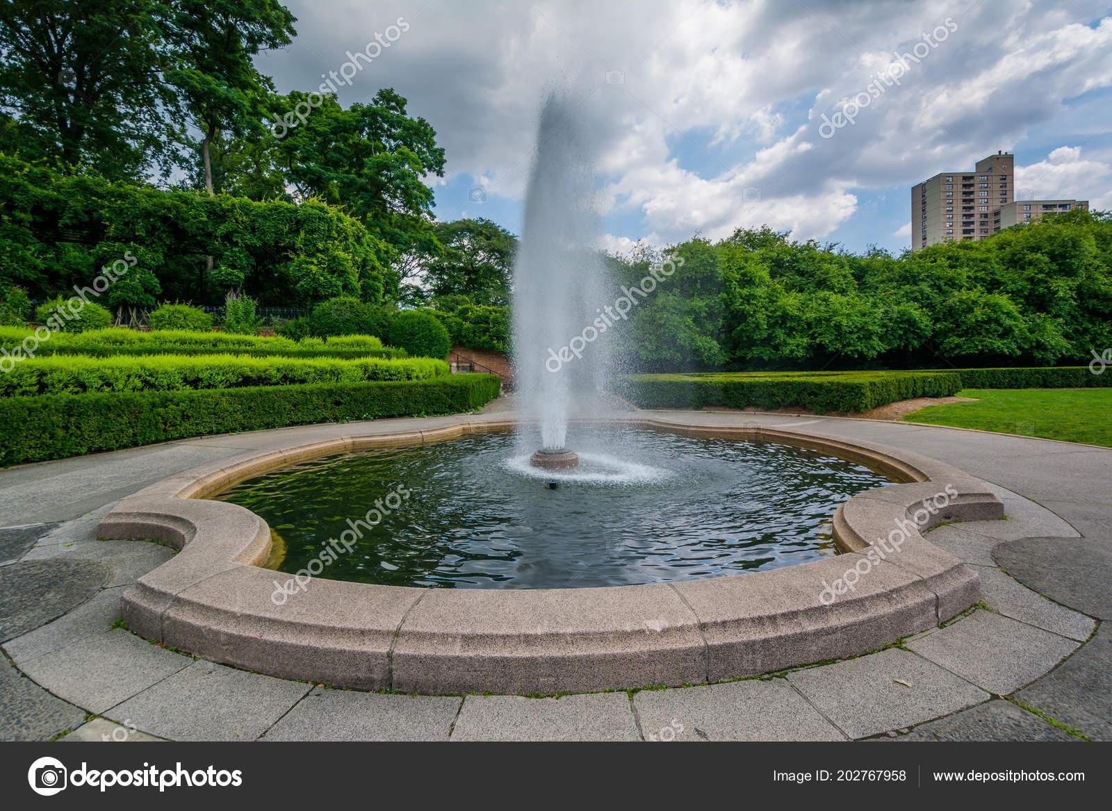 Fontaine Jardin Conservatoire Dans Central Park Manhattan New York ...
