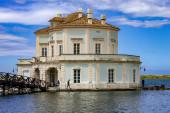 Bacoli, Neapol, Itálie. Dům vanvitelliany v jezeře Fusaro. K domu se dostanete přes dřevěný most.