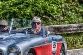 Pesaro Colle San Bartolo, Olaszország - május 17-2018: régi versenyautó rally Mille Miglia 2018-ban a híres olasz történelmi verseny (1927-1957)