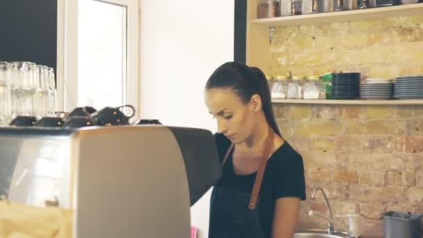 Servírka porci zákazníka, což dva šálky kávy. Zákazník, znázorňující výsledek transakce. Smartphone platba