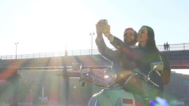 Pár a Jet-ski, hogy azonnali selfie fotók.