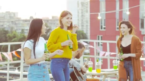 Tetőtéri éjszaka party, egy baráti tánc és élvezi magukat.