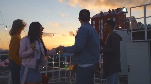 Tetőtéri éjszaka party, egy baráti tánc és élvezi magukat. Lassított mozgás.