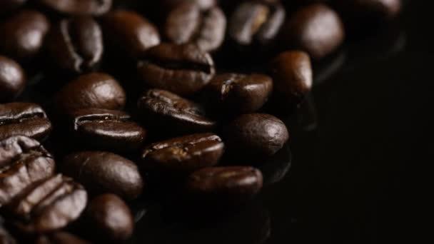 Rotační střela z lahodných, pražených kávových bobů na bílém povrchu