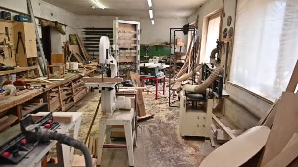 Arbeitsplatz in einer Tischlerei. Innenausbau in einer Tischlerei. Beruf, Schreinerei, Holzbearbeitung und Personenkonzept