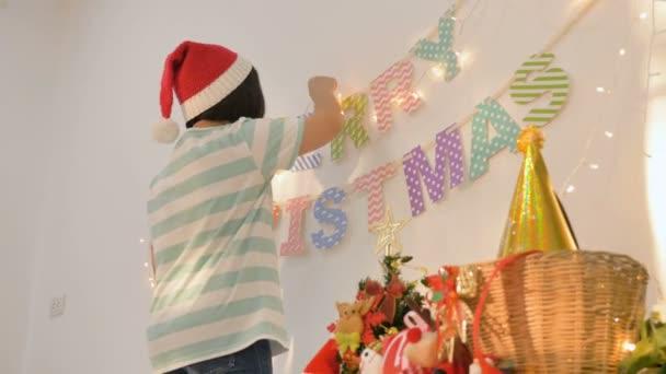 4 k Happy asijské dívky zdobení barevné vánoční vlajky věnce z lucerny
