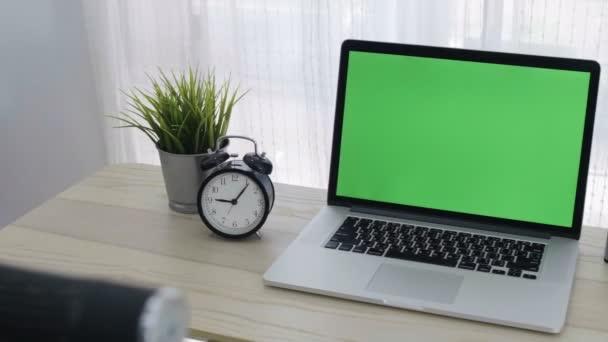4k zöld képernyő a laptop számítógép a hangulatos hivatalban működő hely, Dolly lövés