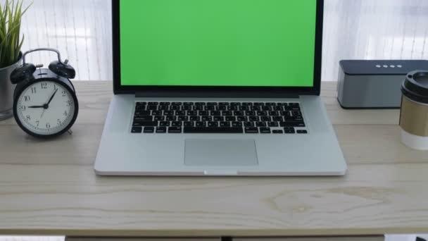 4k zöld képernyő a laptop számítógép a hangulatos hivatalban működő hely, Tilt megjelöl szemcsésedik