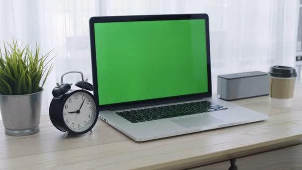 4k laptop számítógép működő hely hangulatos hivatalban, a zöld képernyő berreg-ban lövés
