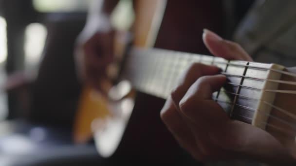 Lassú jelet ad zár megjelöl kezek-ból zenész játék klasszikus zene, mutat Zene előadás mellett klasszikus gitár